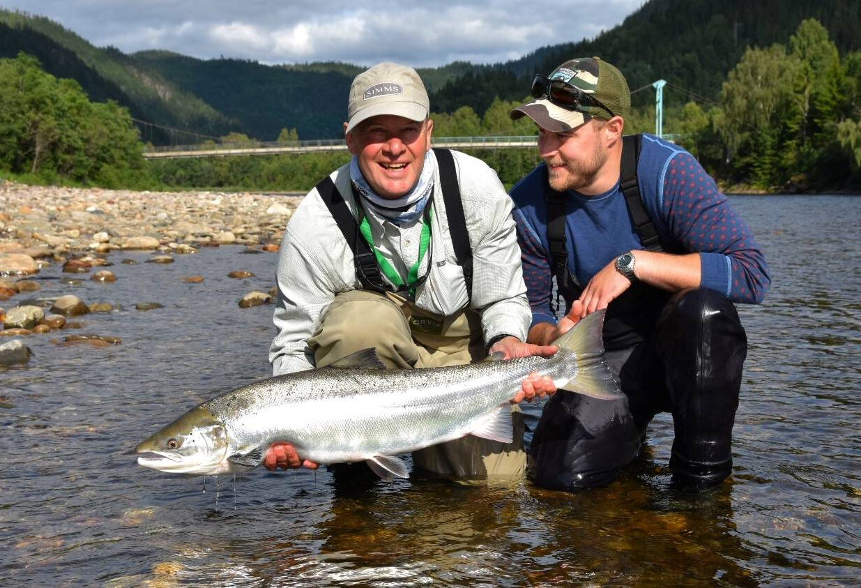 Terry with his great fish and guide Daniel Persson.